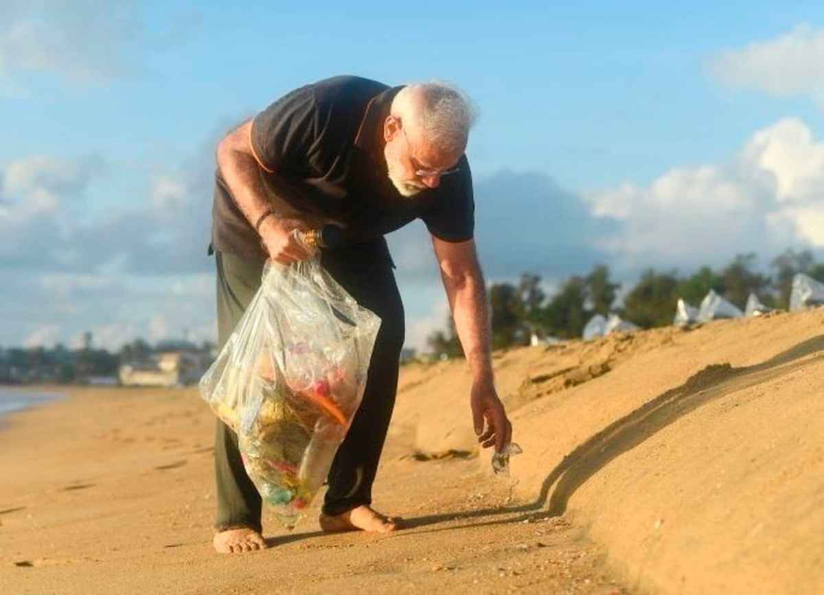 Indian PM Modi picks up rubbish on the beach – how many PM's and Presidents would do that?